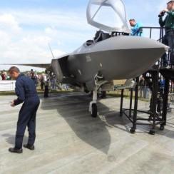 Houten prototype van de F-35 op de Luchtmachtdagen in Volkel