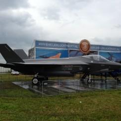 Een mock-up van de F-35 is tijdens de Luchtmachtdagen te zien op de vliegbasis Volkel