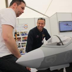 Billie Flynn (rechts) en Jolmer Tilstra bij het model van de F-35
