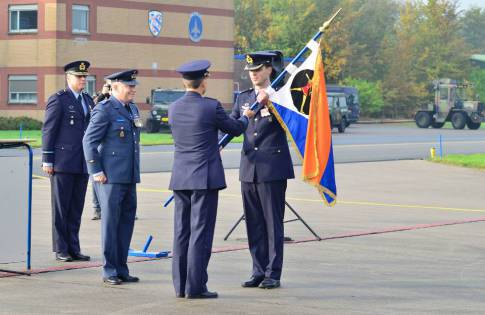 De vlag van het 323 Squadron begint aan de reis naar de VS.